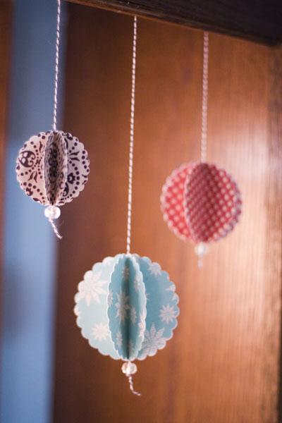 Bolas de natal feitas de papel para scrapbook