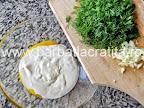 Ciorba de salata verde cu smantana preparare reteta dressing - adaugam mararul tocat si usturoi