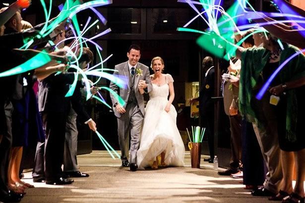 Tiras fluorescentes de colores para celebrar tu matrimonio - Foto: www.societybride.com