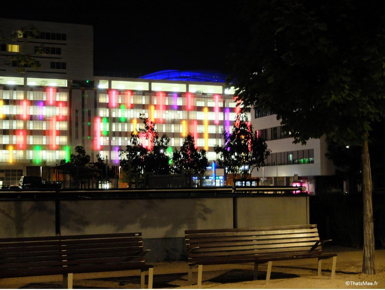 Lyon Confluence centre commercial Rhône architecture moderne pole commerce lumières by night