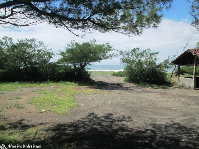 Di pantai Pandansari, Bantul