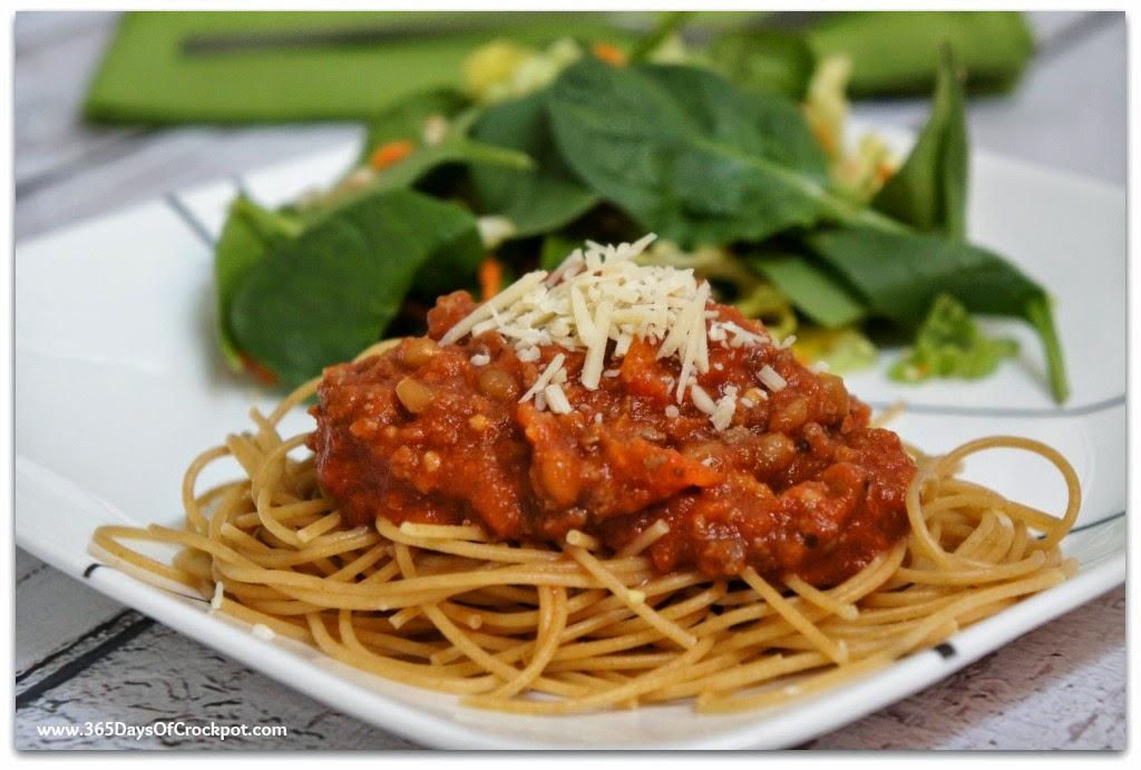 Crockpot Meaty Spaghetti Sauce (with lots of fresh veggies too) #easydinner #crockpotrecipe