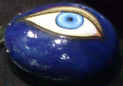 Τα γαλάζια μάτια των θεών μας, κοίταζαν αυτούς που τους τα έβγαλαν.