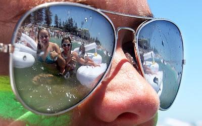 reflejo de chicas en las gafas de sol