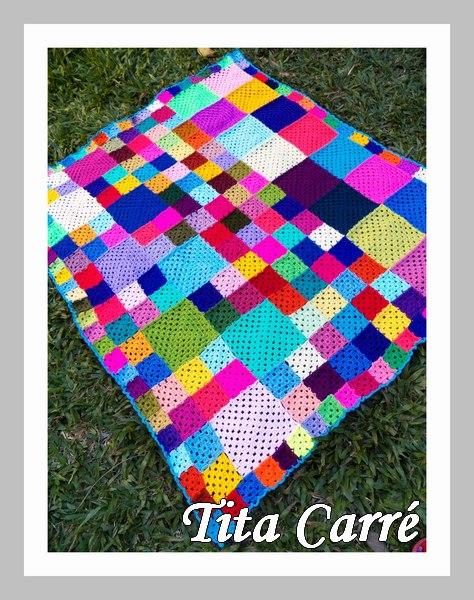 Colcha colorida com muitos quadrados diferentes
