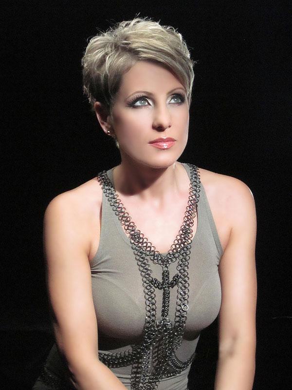 Джина Стоева: Безумие е да си напомпаш устните със силикон