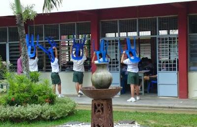 berdiri luar kelas