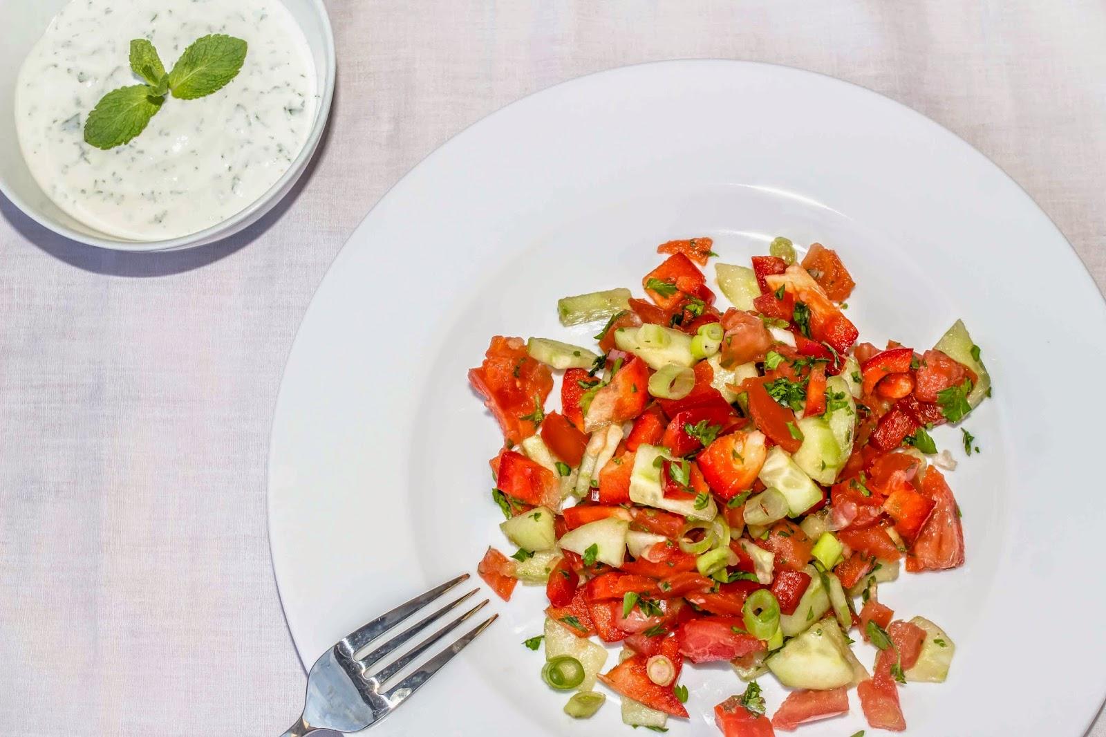 Frühlingssalat auf Teller angerichtet mit Joguhrt Dressing