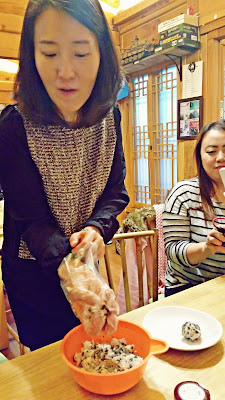Kim eonni showed us how to make Jumeokbab (주먹밥 = fist-size   rice ball / onigari)  | www.meheartseoul.blogspot.sg