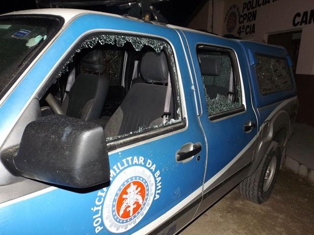 Vidros de viatura foram metralhados (Foto: Gabriel Araújo / Portaldenoticias.net)