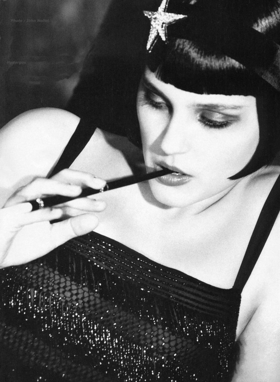 Sexy levantamiento de fumar llevar