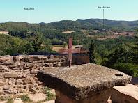 """El comunidor de Sant Feliuet, reconstruït l'any 1989, amb els casals de Rocafort i Rocabruna al fons. Autor: Francesc """"Caminaire"""""""