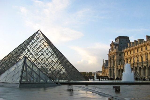 Piramide del Museo del Louvre, Paris