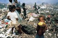 niños jugando en la basura