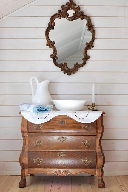 Rokokoopiironki, peili ja pesupöytä-asetelma