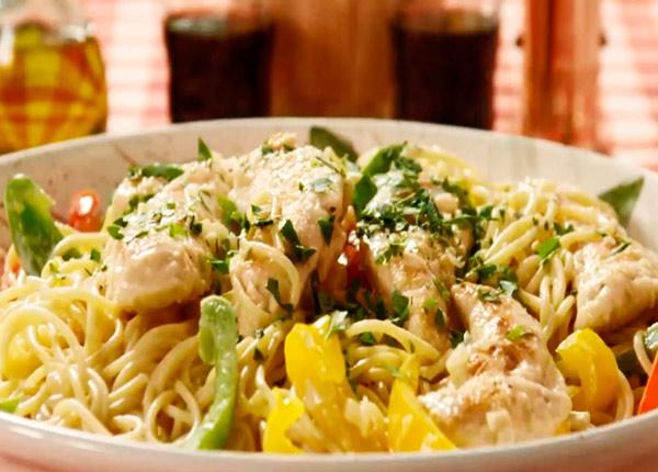espaguetis, espaguetti, salsa alfredo, receta, recetas caseras, pollo, verduras, pasta,