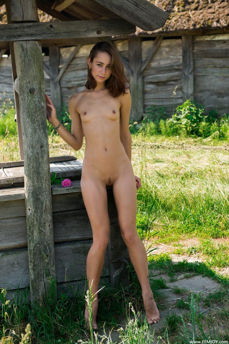 foto-goloy-devushki-u-kolodtsa