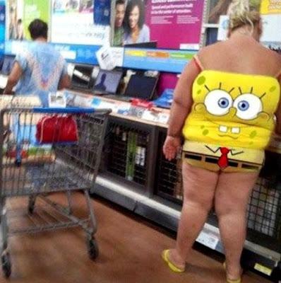 fette frau im spmgebob kostüm beim einkaufen
