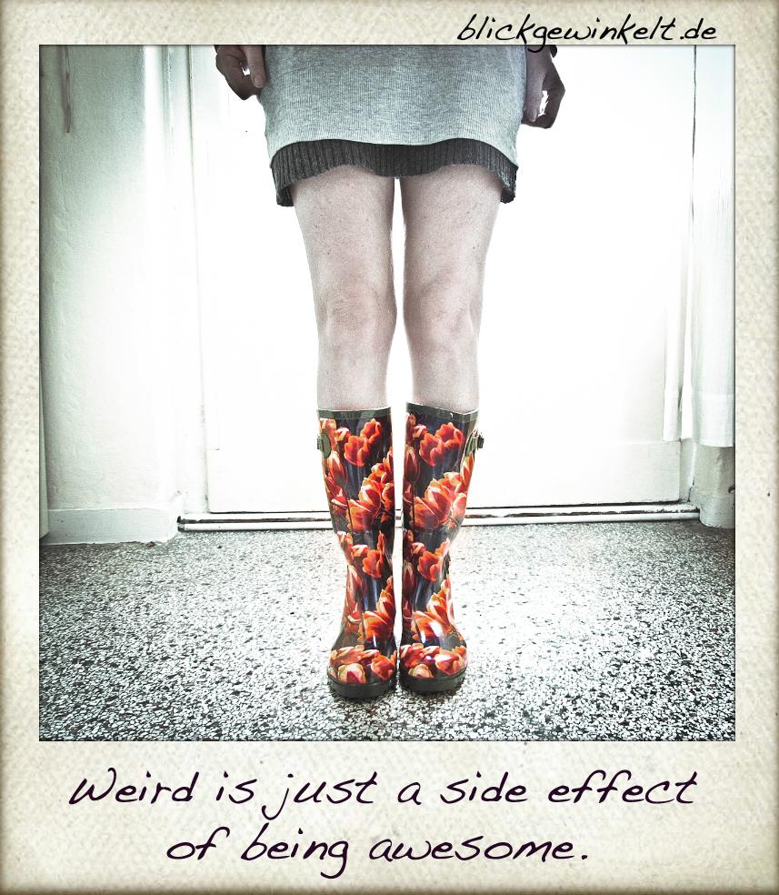 Beine in Gummistifeln mit Spruchtext