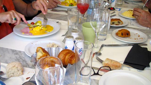 table at cafe oliver for brunch
