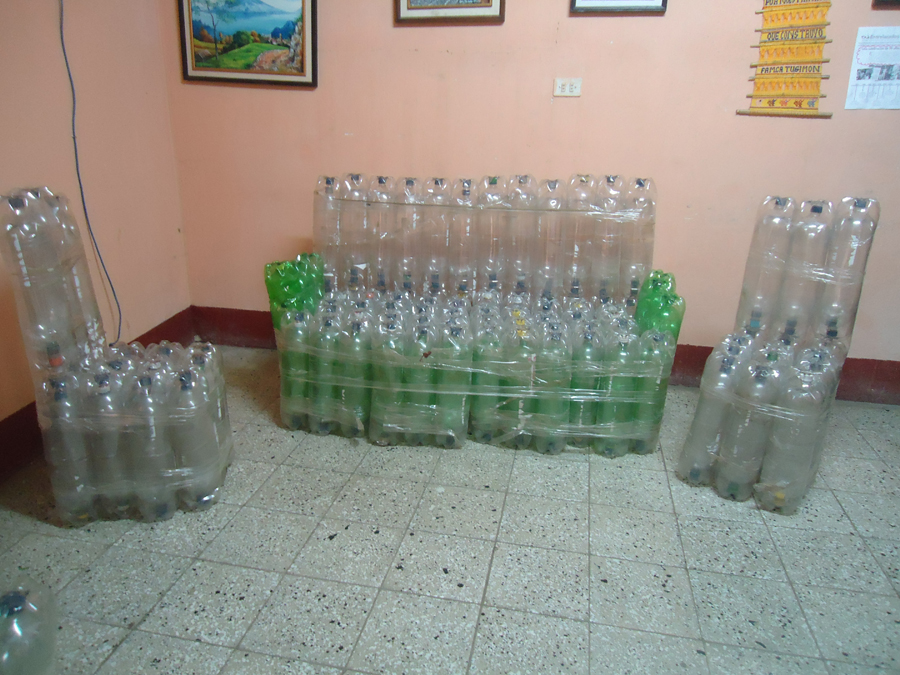 de CFCAhicieron esta sala de de botellas de plástico recicladas