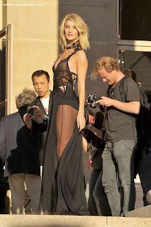 روزي هنتنغتون متألقة بفستان أسود شفاف في أسبوع الموضة في باريس