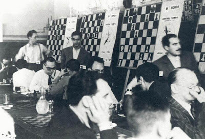 Sala de juego del IV Torneo Internacional de Ajedrez de Sabadell 1945 con Alekhine a la derecha