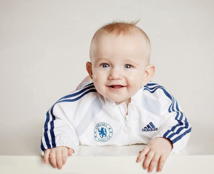 Gambar bayi laki-laki pakai jaket chelsea