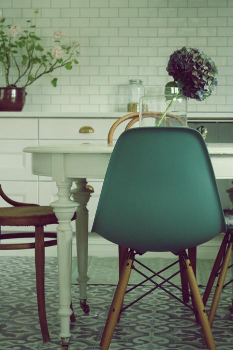 Ralfefarfars paradis: kjøkken: fliser over benk.