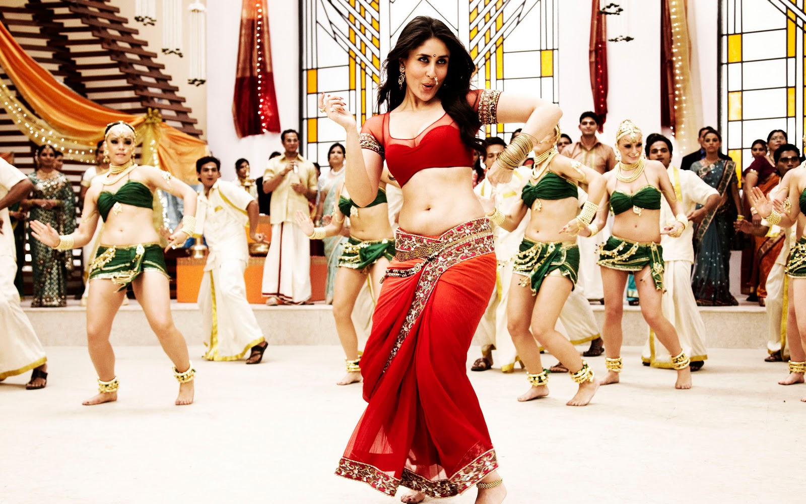 http://3.bp.blogspot.com/-DQiGUeToHnc/TqmhovCHz0I/AAAAAAAAAvA/43yUoI6c-Vs/s1600/kareena+kapoor+ra.one+movie+hd+wallpapers.jpg