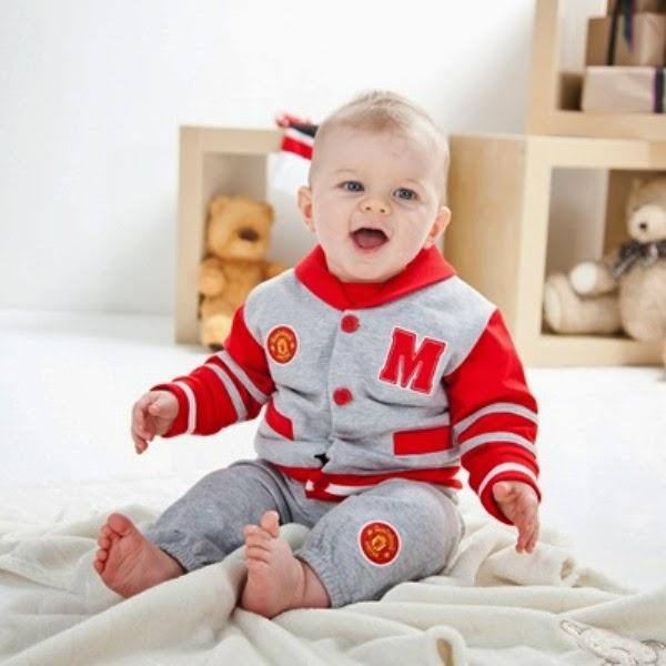 Foto bayi lucu pakai kostum sepak bola manchester united jaket