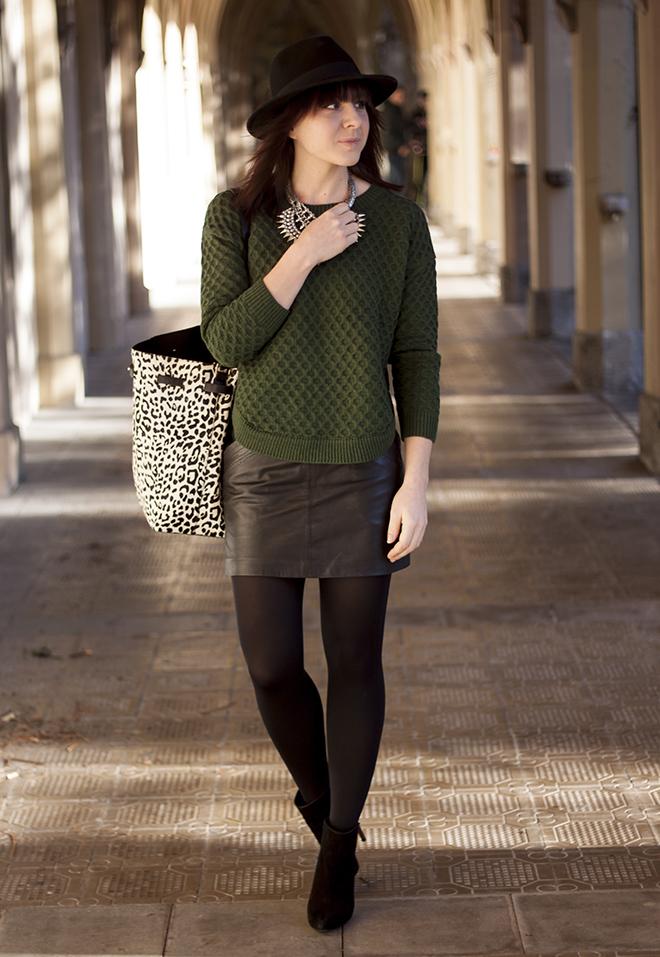 outfit-trend-fashionblogger-who-is-mocca-gruener-strickpullover-sheinside-lederrock-statement-kette-zara-zebra-tasche