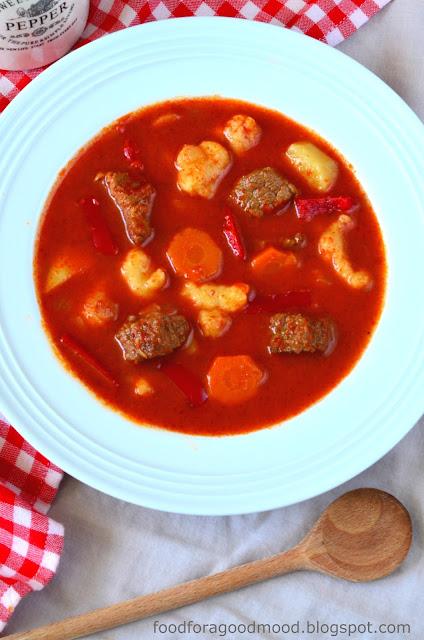 Z chęcią sięgam do wspomnień związanych z podróżami, szczególnie gdy wiążą się one z odkrywaniem nowych smaków. Tym razem inspiracją była zupa gulaszowa - sztandarowa węgierska potrawa, którą miałam okazję próbować w Budapeszcie. Bogaty smak i aromat zupa zawdzięcza, rzecz jasna, papryce przesmażonej na odrobinie smalcu, ale też wołowinie i mielonemu kminkowi. Jest sycąca i rozgrzewająca. Po prostu idealna na nadchodzącą jesień :)