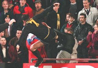 tendangan kungfu Eric Cantona