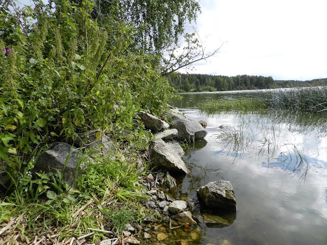 Камни на берегу озера Киреты