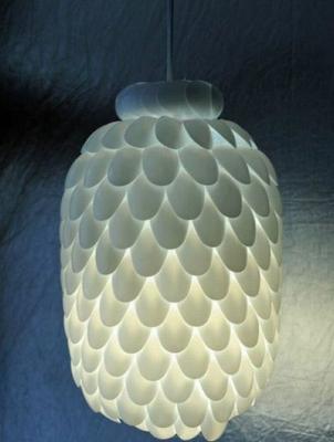 Lampa z plastových lyžičiek