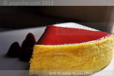 Tarta de queso en dos capas con vainilla y fruta de la pasión