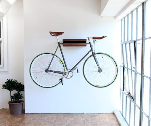 En decoraci n todo vale bicicletas espai interiorismo for Guardar bicicletas en el jardin