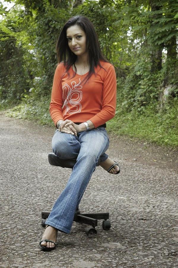Anjula Rajapaksha jeans