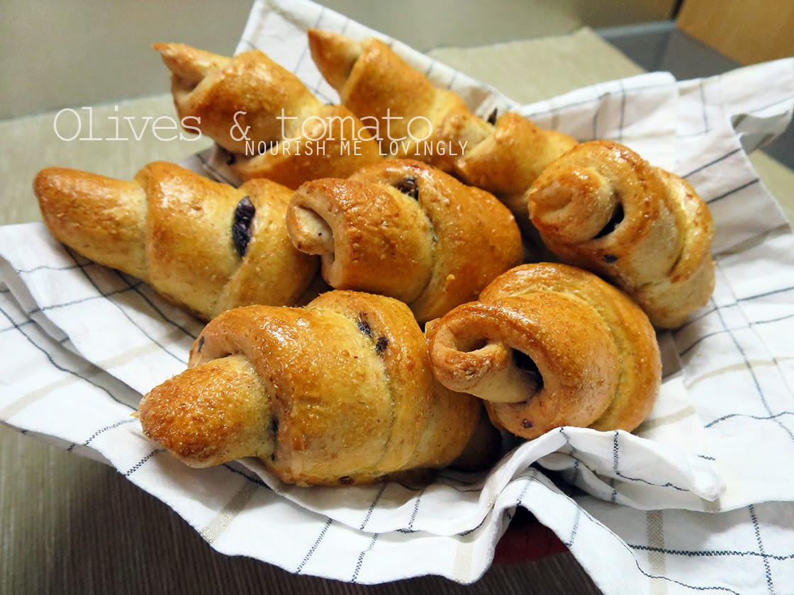 Olives and tomato bread rolls