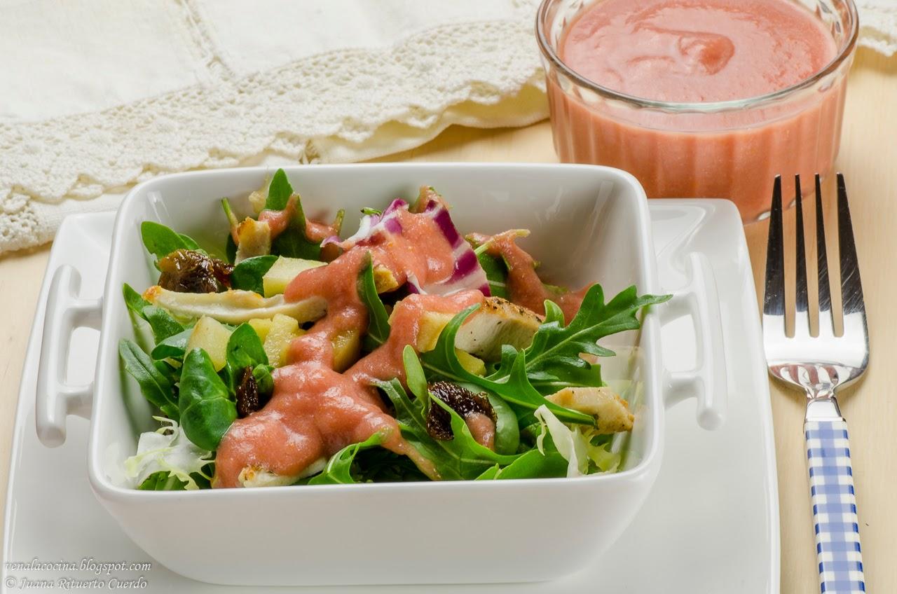 Ensalada de pollo con aliño de salmorejo de fresas