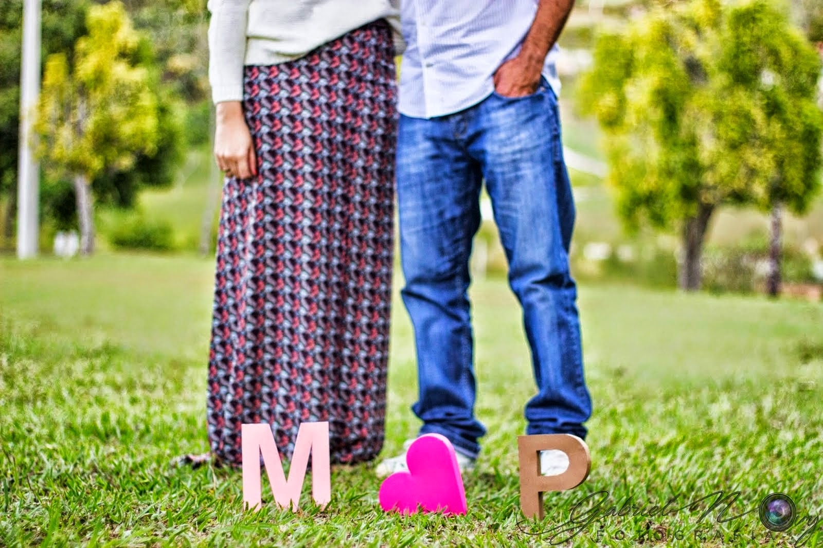 Engagement session com letras 3D Mariana e Paulo