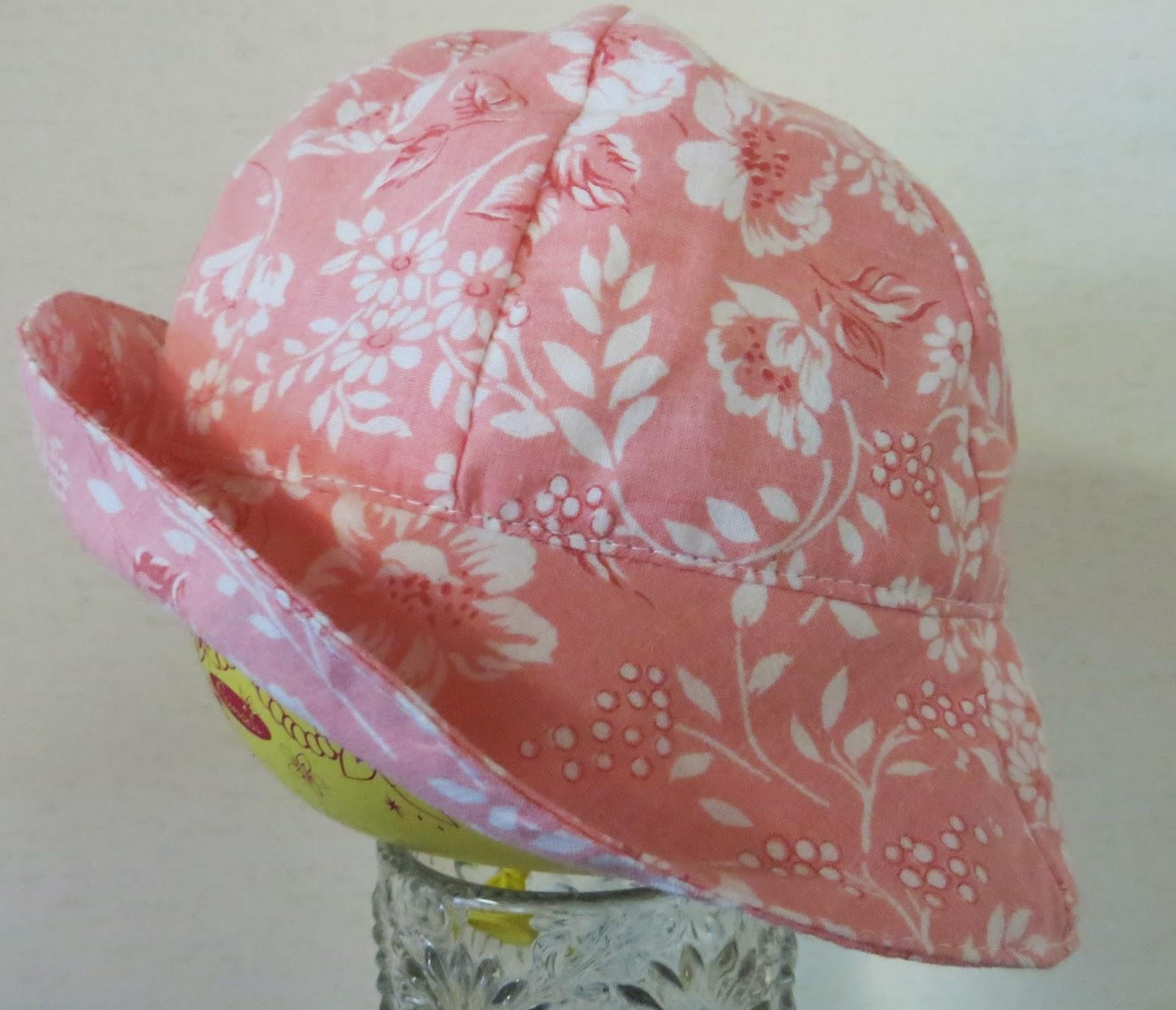 Hattu 2  Hempeä vaaleanpunapohjainen lierihattu pidettäväksi joko lieri  suorana tai käännettynä. Hatun sisämitta 48 cm. d87f71d6c8