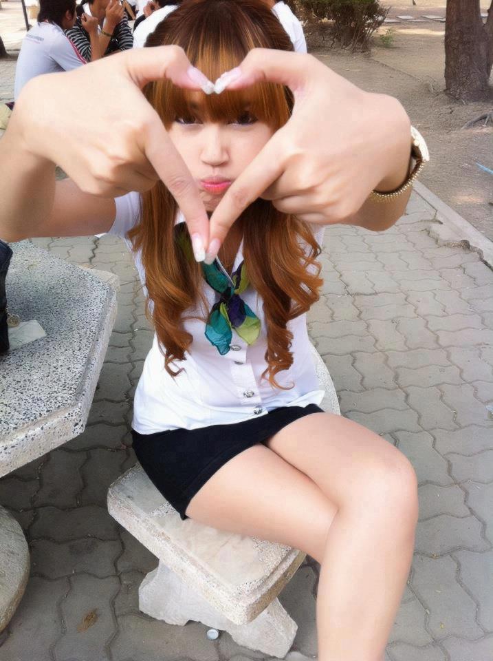 paha mulus pelajar memamerkan pahanya yg sangat putih Foto Gadis Belia SMA Bugil dikelas.