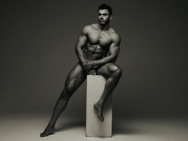 O russo Stepan Pereverzev resolveu ficar bem a vontade e mostrar toda sua sensualidade em um ensaio clicado pelo fotógrafo Serge Lee. O modelo usou e abusou da ousadia e provocacão em fotos que revelam todas as curvas do seu corpo.