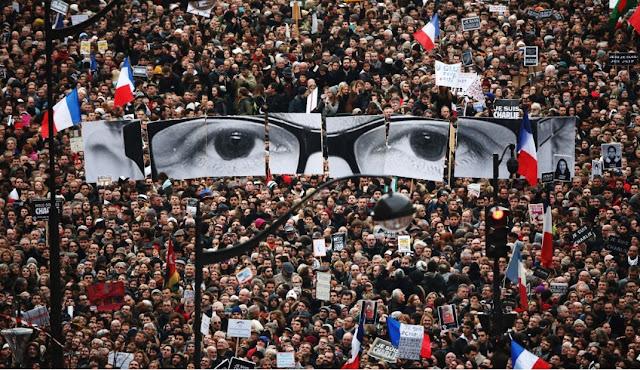 Очите на Шарли Ебдо по време на демонстрация.