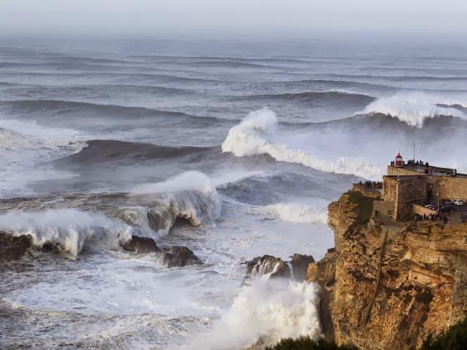 FOTO Ombak Raksasa di Portugal