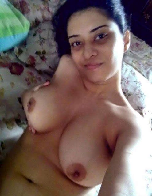 Sexy Desi Lady Showing Big Boobs Cleavage Photos indianudesi.com