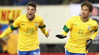 Jogadores do Brasil comemoram o gol de empate