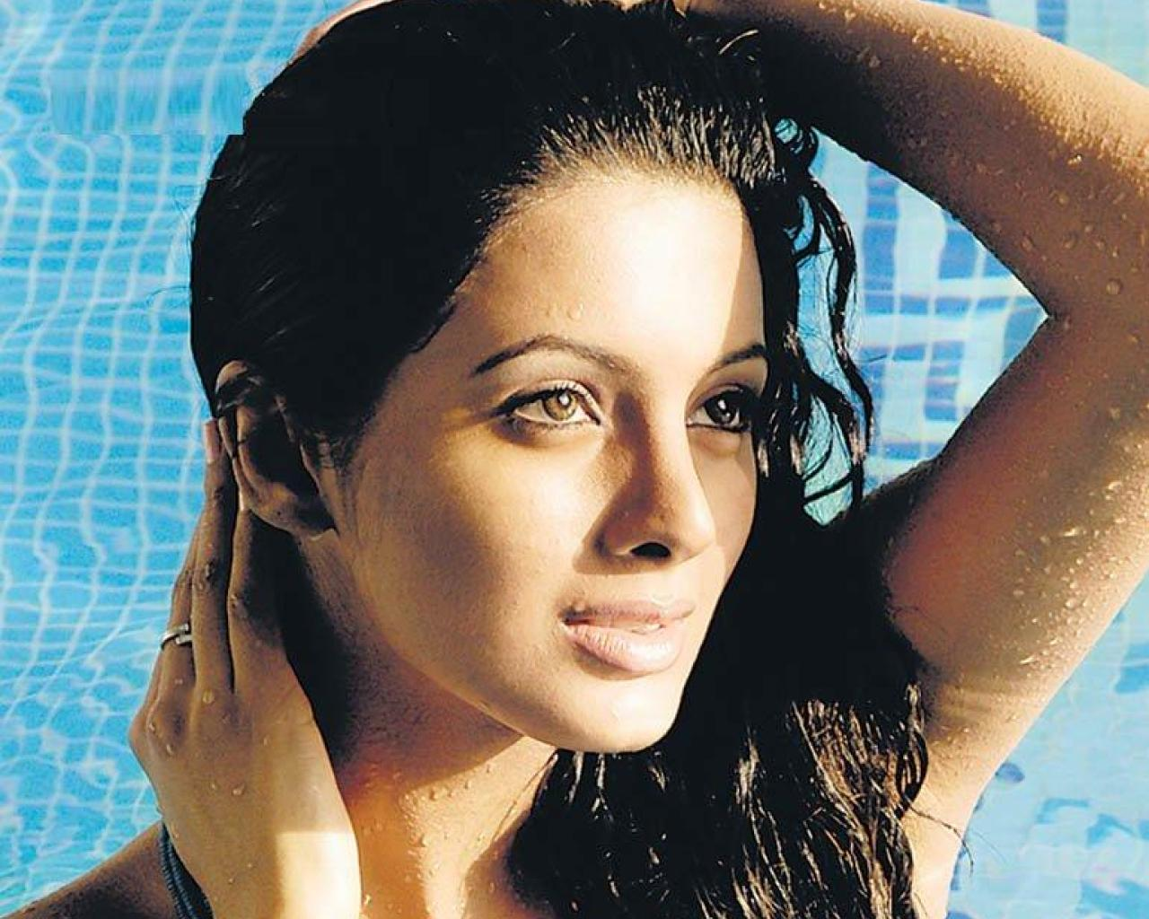 http://3.bp.blogspot.com/-DUuRxDDpdxw/TZ_SLpra8gI/AAAAAAAAAMs/8tsM2to-BhA/s1600/Geeta_Basra_Hot_Wallpapers_2.jpg